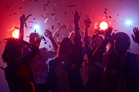Junge Leute tanzen im Club.