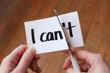 """Zettel """"I can't"""" wird mit Schere zerschnitten"""