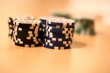 Stapel mit blauen und schwarzen Spielchips