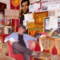 """Fikret Yakoboylu in """"seinem"""" Sessel neben der Theke im Neruda; hier ist sein Stammplatz, der ihn das Lokal und die Theke überblicken lässt, hier liest und schreibt er Texte, Konzepte und Programme, wie etwa für die grandiosen """"Kültürtage""""."""